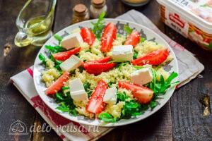 Добавляем к салату сыр фету и масло