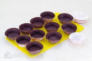 Бумажные стаканчики смазываем шоколадной массой и отправляем в холодильник до полного застывания