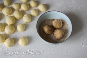 Затем обваливаем шарики в смесь сахара и корицы