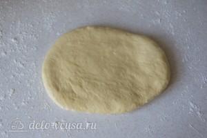 Раскатываем каждую часть теста в лепешку толщиной около 1 см