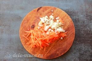 Морковь трем на терке, а лук режем кубиками