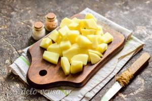 Картошку режем кубиками и отправляем в бульон