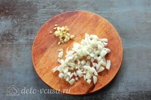 Режем чеснок и лук