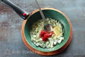 На смеси масел обжариваем лук, чеснок и томатную пасту
