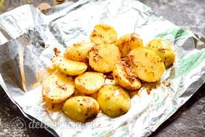 Кладем картошку в фольгу и заворачиваем