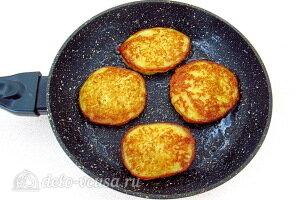 Жарим маленькие блинчики на сковороде с двух сторон