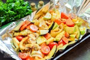 Кладем овощи на лист фольги