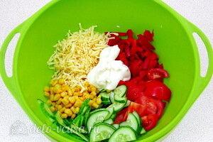 Соединяем все ингредиенты для салата и заправляем его майонезом