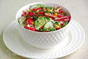 Овощной салат с кукурузой и сыром готов