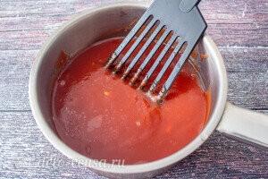 Добавляем томатный сок и варим 5 минут