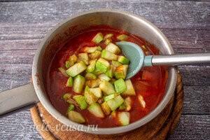 Добавляем кабачки в томатный соус