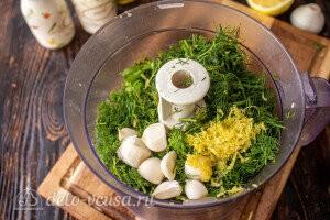 Кладем укроп, чеснок, цедру и лимонный сок в чашу блендера
