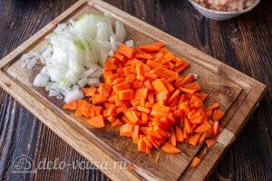 Морковь и лук режем небольшими кубиками