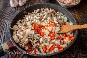 Обжариваем на сковороде лук, грибы и морковь
