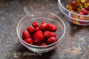 Удаляем хвостики у ягод