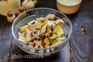 Режем грибы и добавляем их к кабачкам