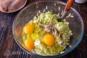 Добавляем взбитые яйца к кабачкам