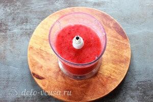 Измельчаем ягоду в блендере