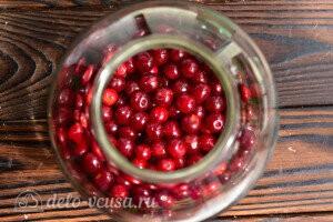 Чистые вишневые ягоды кладем в банку для компота