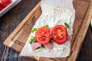 Добавляем ломтики томатов