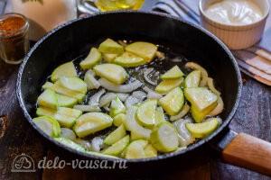 Жарим кабачки и лук на сковороде