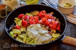 Добавляем сметану, помидоры, воду и специи