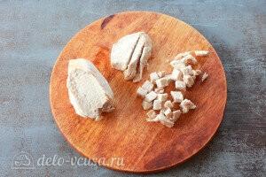 остывшее куриное мясо режем кубиками