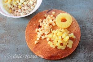 Ананасы и твердый сыр режем кубиками