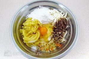 Соединяем измельченную картошку, творог, яйцо, специи и муку