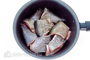 Кладем рыбу с сотейник