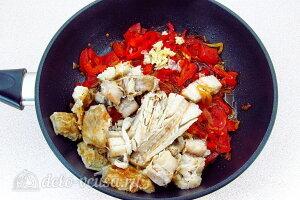 Отправляем в сковороду рыбу, чеснок и специи по вкусу