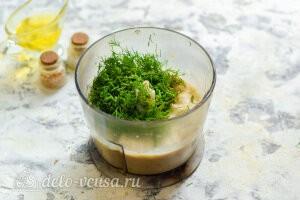 Добавляем в чашу блендера зелень по вкусу