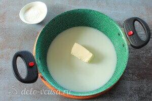 Соединяем масло с молоком и ставим на плиту