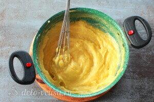 Вводим яйца и хорошо перемешиваем