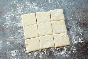 Слоеное тесто делим на квадраты