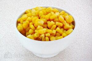 С консервированной кукурузы сливаем жидкость