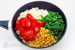 Добавляем помидоры, кукурузу и зелень