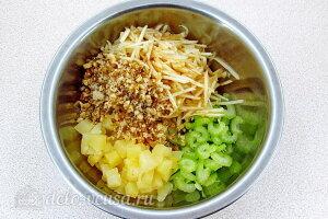 Соединяем ананас, яблоки, початки сельдерея и грецкие орехи