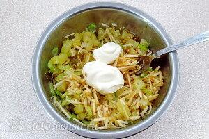 Добавляем майонез в салат