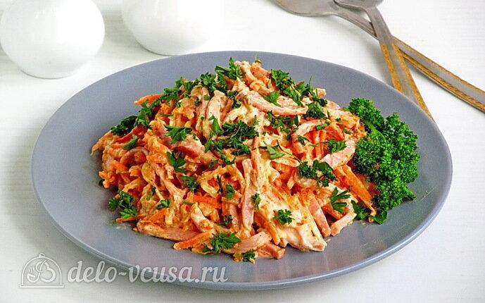 Салат с морковкой и вареной колбасой