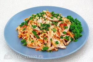Салат с морковкой и вареной колбасой готов