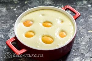 Переливаем бисквитное тесто в форму и кладем сверху абрикосы