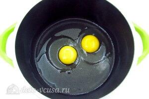 Соединяем яйца, растительное масло и соль