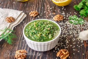 Соус из грецких орехов и свежей зелени готов