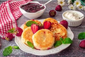 Подаем сырники со сметаной и свежей ягодой