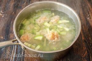 Отправляем в кастрюлю картошку, фрикадельки и кабачок