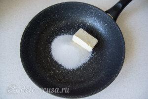 На сковороде разогреваем сахар с маслом