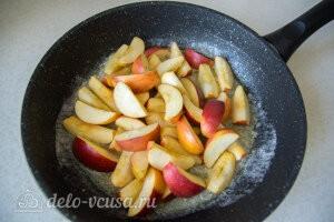 Добавляем яблоки в сковороду
