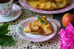 Тарт Татен с яблоками из слоеного теста готов