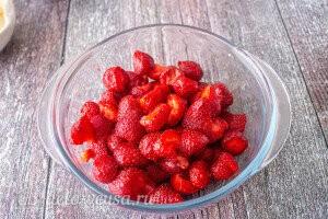 Удаляем хвостики и режем для удобства крупные ягоды